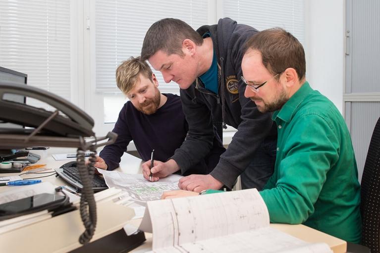 Mitarbeiter der PV ANSPERGER mbH bei der Arbeit an einem 3D-Modell eines Heizkraftwerk