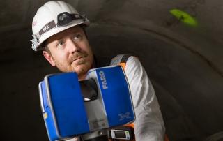 Hendrik Putsch bei der Arbeit mit einem 3D-Laserscanner