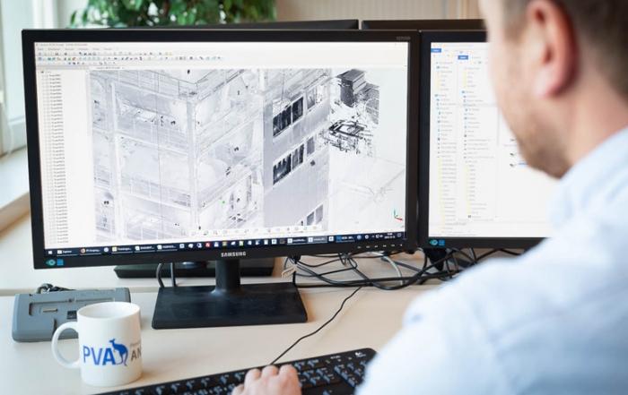 Mitarbeiter der PV Ansperger mbH bei der Arbeit am Computer mit einem geografischen Informationssystems