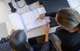 Mitarbeiter der PV Ansperger mbH bei der Arbeit am Schreibtisch